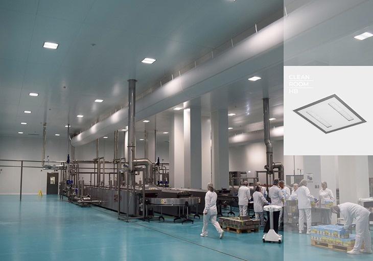 Radnici pored proizvodnih traka u fabrici